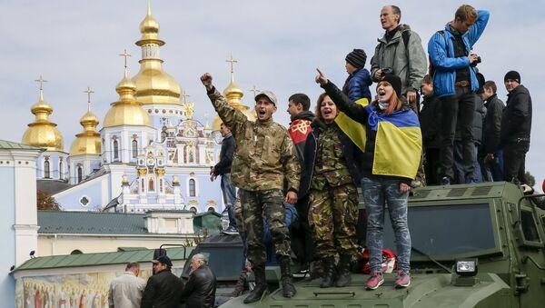 Cư dân thành phố trong Cuộc tuần hành của những anh hùng ở Kiev - Sputnik Việt Nam