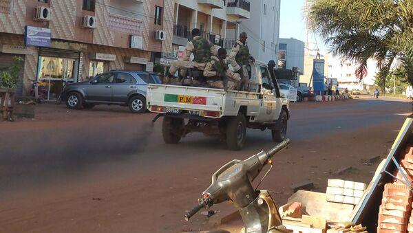 Quân nhân Mali đứng bên khách sạn Radisson Blu ở Bamako - Sputnik Việt Nam