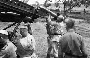 Các binh sĩ đang chuẩn bị một bệ phóng tên lửa Katyusha để khai hỏa
