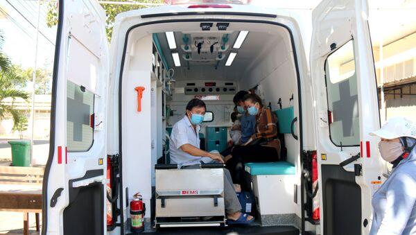 6 trường hợp công bố khỏi bệnh được chuyển đến Khu cách ly của Trung tâm điều trị COVID-19 tỉnh Bình Thuận để tiếp tục theo dõi 14 ngày theo quy định của Bộ Y tế. - Sputnik Việt Nam