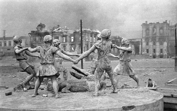 Tượng đài thiếu nhi vui chơi bị phá huỷ trên quảng trường nhà ga Stalingrad sau cuộc oanh tạc của máy bay Đức phát-xít  - Sputnik Việt Nam