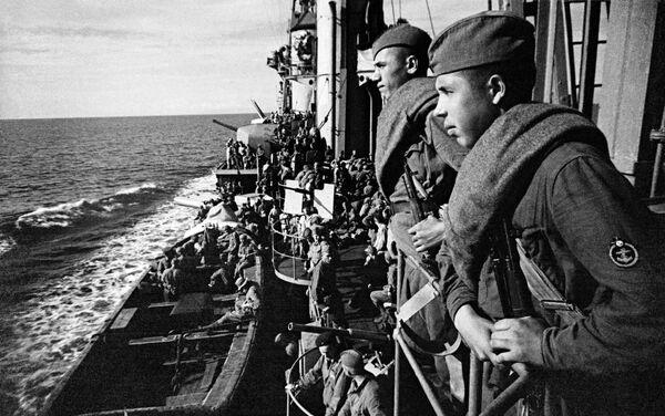 Trên boong tàu tuần dương «Crưm đỏ», các chiến sĩ Hồng quân đang tới giúp đỡ những người bảo vệ Sevastopol - Sputnik Việt Nam
