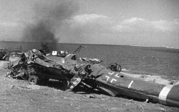 Những mảnh vỡ từ chiếc phi cơ phát-xít ở Mũi Khersones. Năm 1944. Cảnh từ tin thời sự - Sputnik Việt Nam