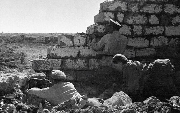 Những người lính Xô-viết chiến đấu ở cửa ngõ Sevastopol - Sputnik Việt Nam