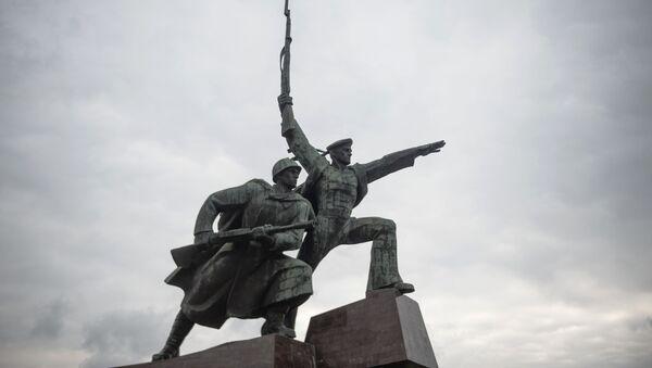Tượng đài «Người lính và Thủy thủ» tại Mũi Khrustalnyi ở Sevastopol, dành tưởng niệm các chiến sĩ  của Chiến tranh Vệ quốc Vĩ đại 1941-1945 - Sputnik Việt Nam