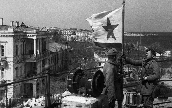 Cờ hải quân Liên Xô tung bay trên Sevastopol đã được giải phóng, ngày 8 tháng 5 năm 1944 - Sputnik Việt Nam