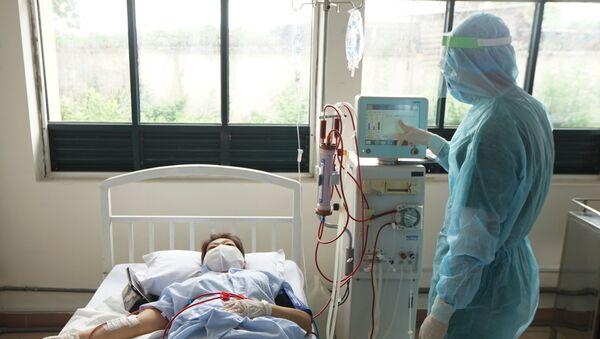 Bác sỹ kiểm tra các thông số trong quá trình lọc máu cho bệnh nhân tại Khu cách ly tập trung quận 2. - Sputnik Việt Nam