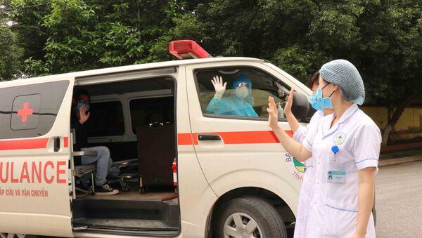 Các y, bác sĩ Bệnh viện Đa khoa tỉnh Bắc Ninh đưa bệnh nhân được công bố khỏi bệnh về nhà và tiếp tục bàn giao cho Trung tâm kiểm soát bệnh tật nơi bệnh nhân cư trú theo dõi. - Sputnik Việt Nam