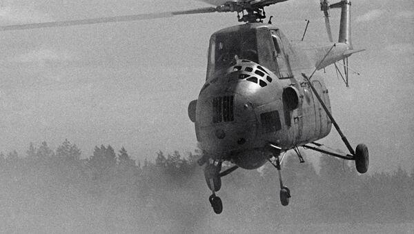 Máy bay trực thăng cứu hỏa Mi-4 tuần tra trong rừng ở Lãnh thổ Krasnoyarsk - Sputnik Việt Nam