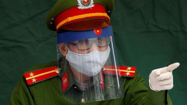 Sĩ quan Cảnh sát Việt Nam đeo khẩu trang - Sputnik Việt Nam