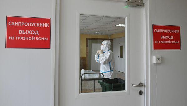 Một nhân viên y tế trong bệnh viện tại Pirogov NMHC, - Sputnik Việt Nam