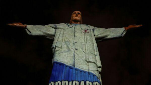 Bức tượng Chúa Kitô ở Brazil được khoác áo blu để tri ân các bác sĩ - Sputnik Việt Nam