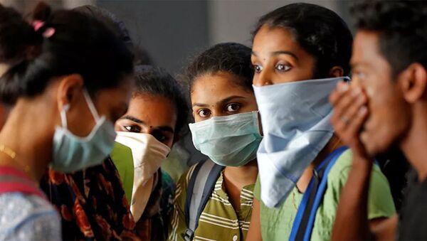 Cô gái đeo khẩu trang y tế ở Ấn Độ - Sputnik Việt Nam