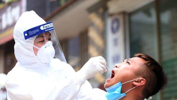 Trung tâm Kiểm soát bệnh tật Thành phố Hà Nội (CDC Hà Nội) lấy mẫu xét nghiệm virus SARS-CoV-2 cho người dân đang cách ly tại thôn Hạ Lôi, xã Mê Linh, huyện Mê Linh, Hà Nội. - Sputnik Việt Nam