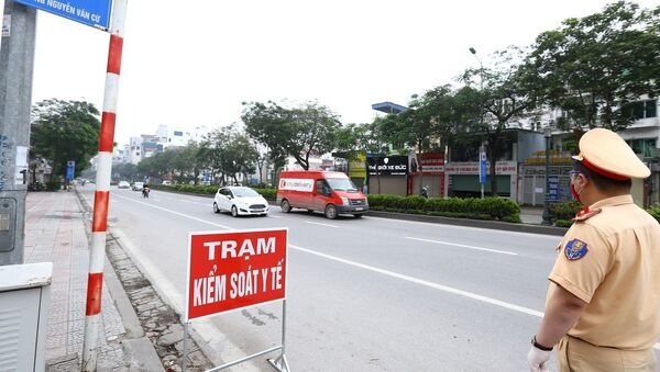 Cảnh sát giao thông hướng dẫn phương tiện dừng xe kiểm soát khi vào nội đô. - Sputnik Việt Nam