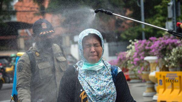 Khử trùng cho người phụ nữ ở Surabaya, Indonesia - Sputnik Việt Nam