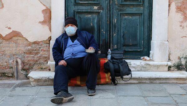 Một người vô gia cư đeo khẩu trang ở Venice, Ý - Sputnik Việt Nam