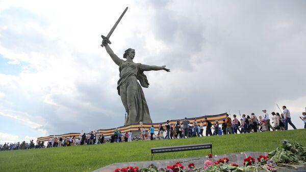 Những người tham gia cuộc tuần hành «Trung đoàn bất tử» vinh danh kỷ niệm 71 năm Chiến thắng trong Chiến tranh Vệ quốc Vĩ đại 1941-1945 trên Đồi Mamaev ở Volgograd - Sputnik Việt Nam