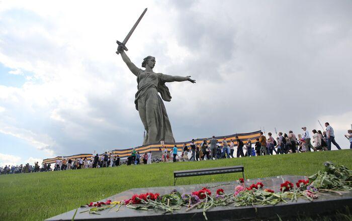 Những người tham gia cuộc tuần hành «Trung đoàn bất tử» vinh danh kỷ niệm 71 năm Chiến thắng trong Chiến tranh Vệ quốc Vĩ đại 1941-1945 trên Đồi Mamaev ở Volgograd