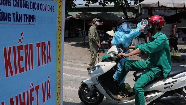 Lực lượng chức năng kiểm tra thân nhiệt mọi công dân vào chợ phường Tân Thịnh - thành phố Hòa Bình. - Sputnik Việt Nam