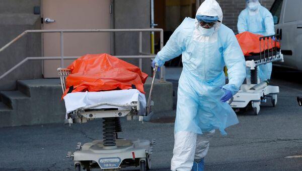 Nhân viên y tế vận chuyển xác chết từ Trung tâm y tế Wyckoff Heights ở New York, Hoa Kỳ - Sputnik Việt Nam
