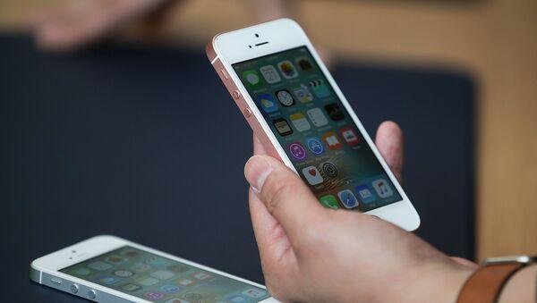 Điện thoại di động iPhone SE trong tay - Sputnik Việt Nam