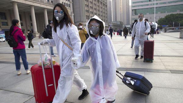 Hành khách trong mặt nạ bảo vệ gần ga Vũ Hán - Sputnik Việt Nam