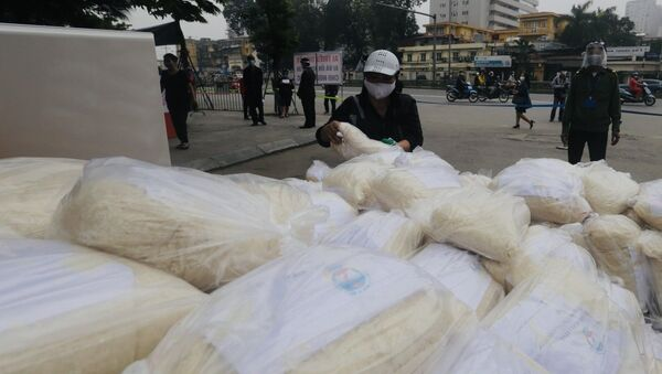 Gạo được phát miễn phí tại cổng trường và Trung tâm Văn hoá quận Hai Bà Trưng. - Sputnik Việt Nam
