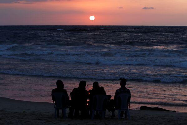 Người dân trong hoàng hôn trên bãi biển ở phía bắc Dải Gaza - Sputnik Việt Nam