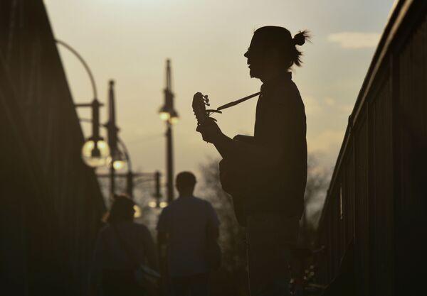Người chơi ghi ta trên cầu lúc hoàng hôn ở Berlin, Đức - Sputnik Việt Nam