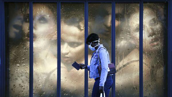 Người phụ nữ đẹo khẩu trang y tế ở Paris, Pháp. - Sputnik Việt Nam