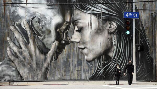 Cặp đôi đeo khẩu trang bảo vệ trước bức tranh graffiti ở Khu nghệ thuật Los Angeles - Sputnik Việt Nam