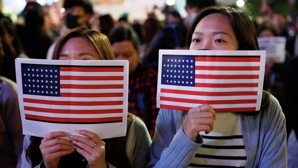 Cô gái Trung Quốc với cờ Mỹ - Sputnik Việt Nam