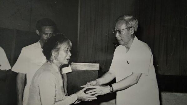Bà quả phụ Đặng Thị Loan trong nghi lễ nhận huân chương truy tặng ông Lý Phú San  - Sputnik Việt Nam
