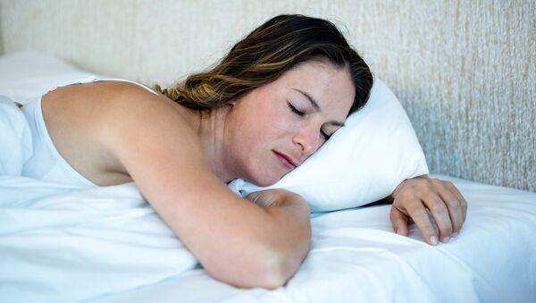 Cô gái nằm trên giường nằm sấp - Sputnik Việt Nam
