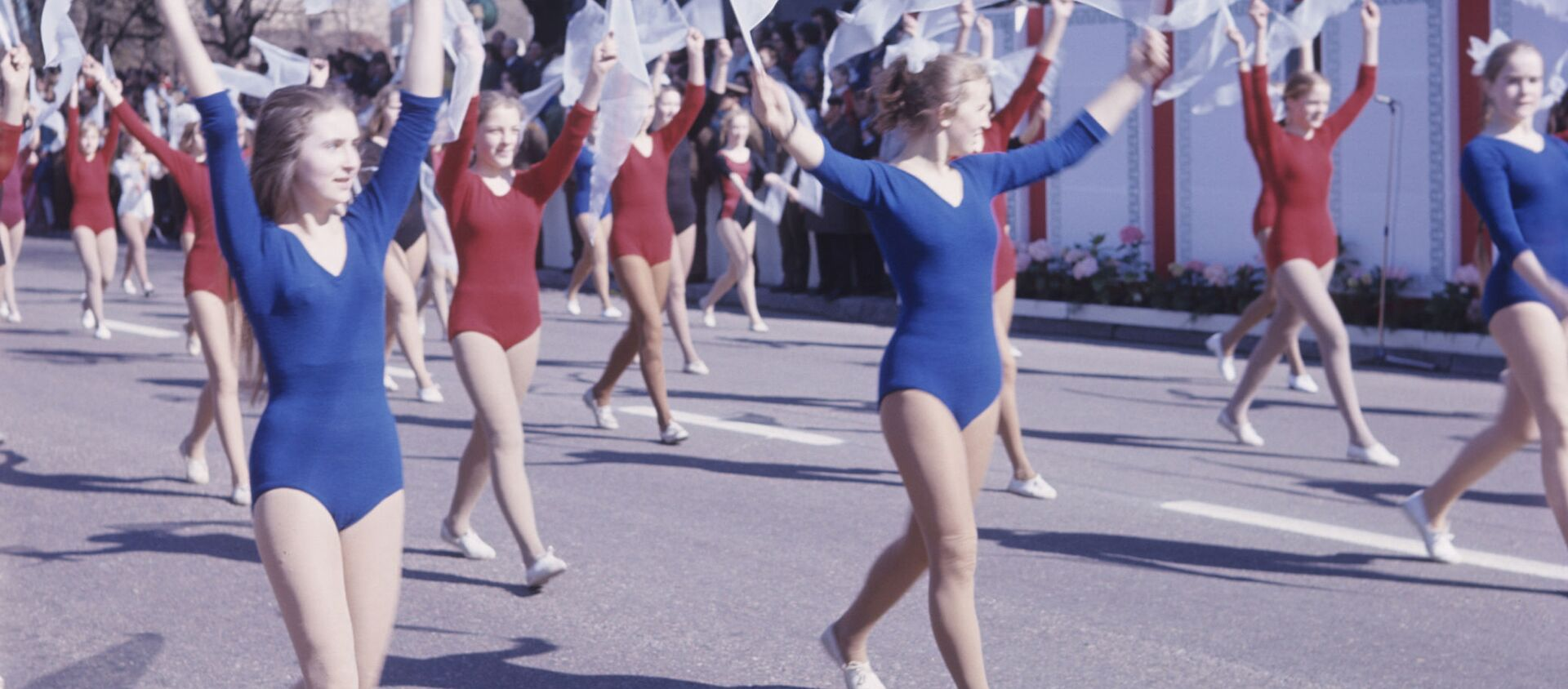 Cuộc diễu hành của các vận động viên trong cuộc tuần hành Ngày 1 tháng Năm ở Vilnius, 1973 - Sputnik Việt Nam, 1920, 01.05.2020