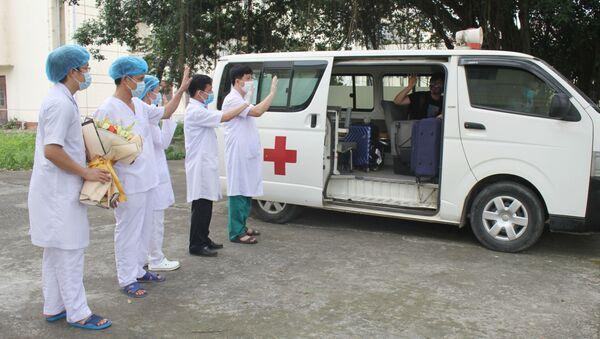 Bệnh nhân lên xe trở về nhà tại tỉnh Bắc Giang. - Sputnik Việt Nam