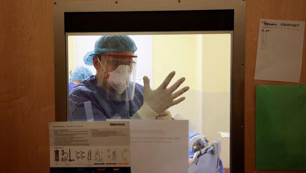 Bác sĩ trong phòng chăm sóc đặc biệt tại Bệnh viện Havelhoehe, Berlin  - Sputnik Việt Nam
