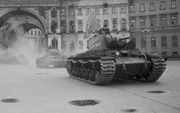 Đoàn xe tăng đi qua cổng vòm của toà nhà Bộ Tổng tham mưu đến Quảng trường Cung điện trên đường ra mặt trận, Leningrad - Sputnik Việt Nam