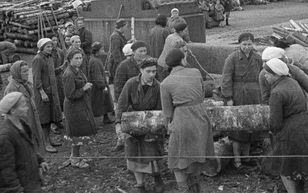 Cư dân thành phố Leningrad bị bao vây xây dựng các công sự trên đường phố, năm 1941 - Sputnik Việt Nam