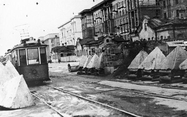 Những chướng ngại vật chống tăng trên đường phố tại thành phố Leningrad bị bao vây, năm 1944 - Sputnik Việt Nam