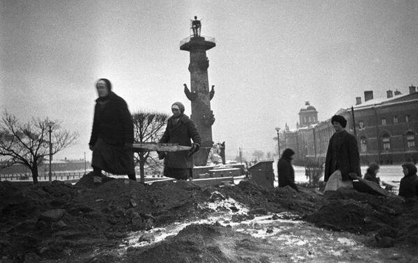 Cư dân thành phố xây dựng các công trình phòng thủ trên đảo Vasilyevsky ở Leningrad, năm 1942 - Sputnik Việt Nam