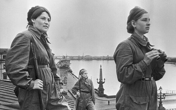 Cuộc phong tỏa Leningrad. Nữ chiến binh phòng không làm nhiệm vụ chiến đấu, năm 1942 - Sputnik Việt Nam