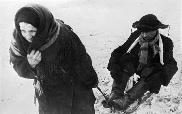 Một người phụ nữ với người chồng bị suy yếu vì đói, trong những ngày Leningrad bị bao vây - Sputnik Việt Nam