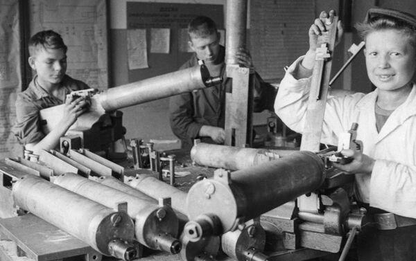 """Học sinh lắp ráp súng máy cho mặt trận tại nhà máy """"Linotype"""" - Sputnik Việt Nam"""