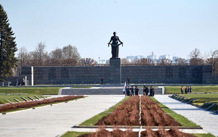 Khu tưởng niệm - Nghĩa trang Piskaryovskoye ở St. Petersburg, nơi của các ngôi mộ tập thể chôn cất nạn nhân của cuộc bao vây Leningrad và lính của mặt trận Leningrad đã hy sinh trong Chiến tranh Vệ quốc vĩ đại