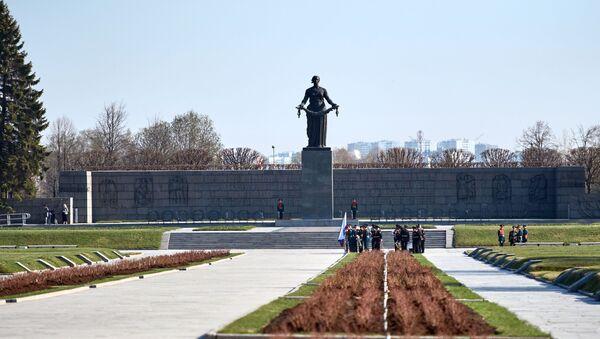 Khu tưởng niệm - Nghĩa trang Piskaryovskoye ở St. Petersburg, nơi của các ngôi mộ tập thể chôn cất nạn nhân của cuộc bao vây Leningrad và lính của mặt trận Leningrad đã hy sinh trong Chiến tranh Vệ quốc vĩ đại - Sputnik Việt Nam