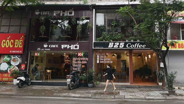 Nhiều cửa hàng cà phê trên phố Lạc Trung mở cửa phục vụ khách từ sáng 23/4 - Sputnik Việt Nam