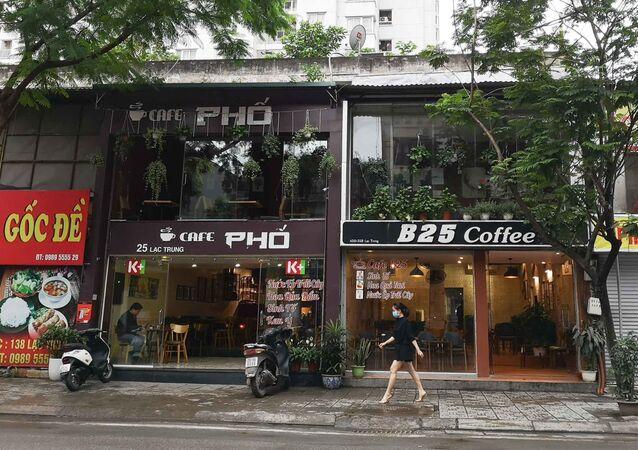 Nhiều cửa hàng cà phê trên phố Lạc Trung mở cửa phục vụ khách từ sáng 23/4