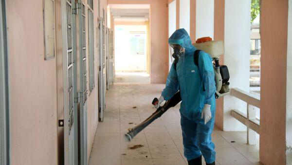 Phun khử khuẩn tại các trường học trên địa bàn thành phố Phan Thiết.  - Sputnik Việt Nam